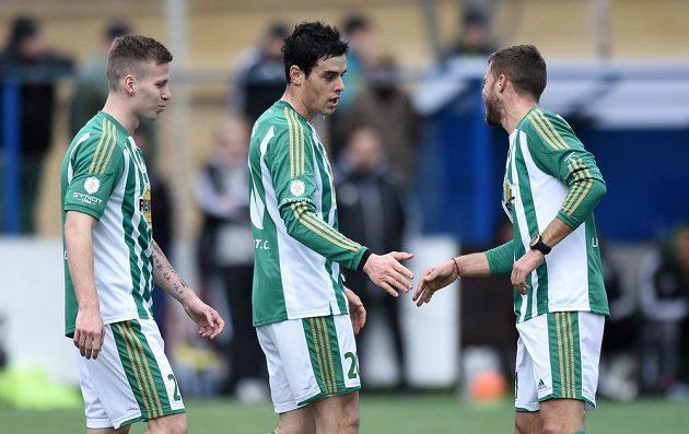 Jakub Rada (uprostřed) oslavuje se spoluhráči pátý gól během utkání s Kolínem.