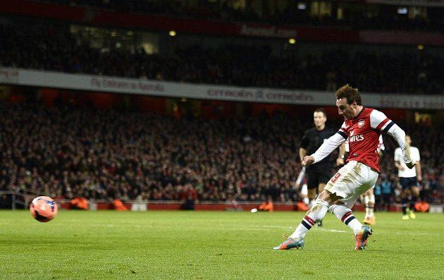 Záložník Arsenalu Santi Cazorla střílí gól do sítě Tottenhamu.