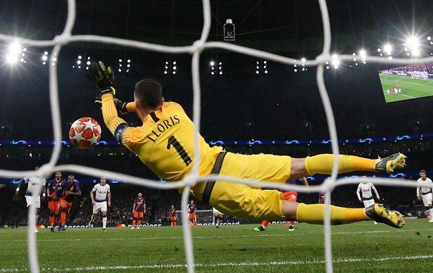 Brankář Tottenhamu Hugo Lloris chytá penaltu ve čtvrtfinále Ligy mistrů proti Manchesteru City.