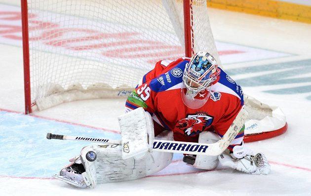 Brankář Lva Praha Petri Vehanen zasahuje.