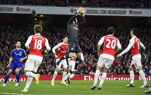 Brankář Arsenalu Petr Čech zasahuje v uktání s Chelsea.