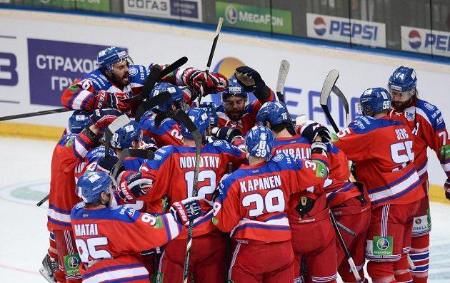 Hokejisté Lva Praha oslavují vítězství a postup do finále KHL.