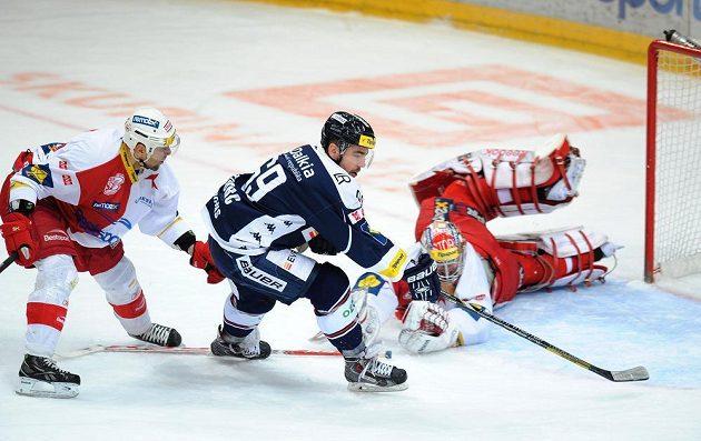 Obránce pražské Slavia Pavel Kolařík (vlevo), vítkovický útočník Roman Szturc a brankář Slavie Dominik Furch v utkání 31. kola hokejové Tipsport extraligy.