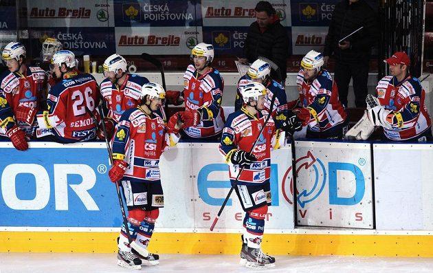 Hokejisté Pardubic oslavují vedoucí gól na ledě Sparty.