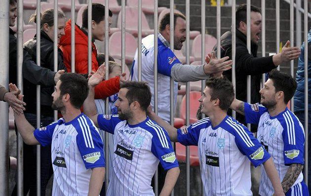 Znojemští fotbalisté slaví s fanoušky výhru nad Jabloncem.