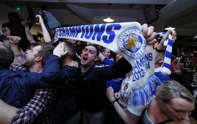 Mistři! Fanoušci Leicesteru oslavují v hospodách titul týmu, na který by si před startem sezóny Premier League vsadil snad jen šílenec...