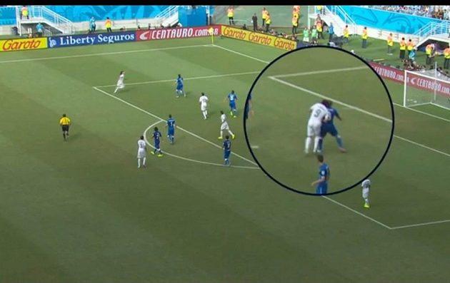 Osudný moment, kdy Suárez kousl svého protivníka Chielliniho.