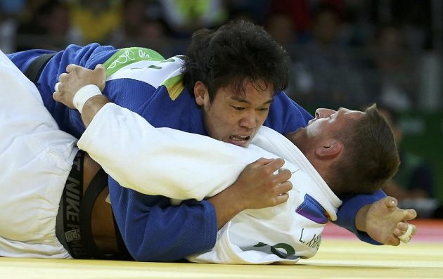 Lukáš Krpálek (v bílém) bojuje s Japoncem Rjunosukem Hagem