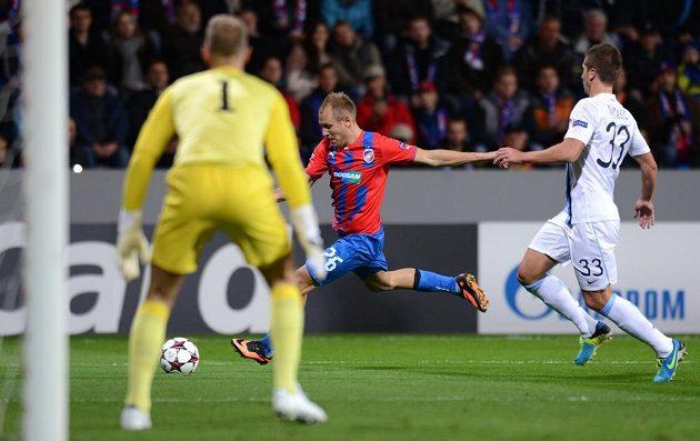 Plzeňský záložník Daniel Kolář (vpředu) zkouší střelu přes obránce Matiju Nastasiče v utkání Ligy mistrů proti Manchesteru City.