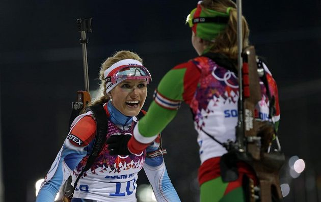 Olympijská šampiónka Darja Domračevová z Běloruska (vpravo) přichází gratulovat Gabriele Soukalové ke stříbrné medaili ze závodu s hromadným startem na 12,5 km.
