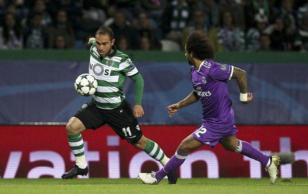 Bruno Cesar ze Sportingu (vlevo) se snaží obejít obránce Realu Madrid Marcela.