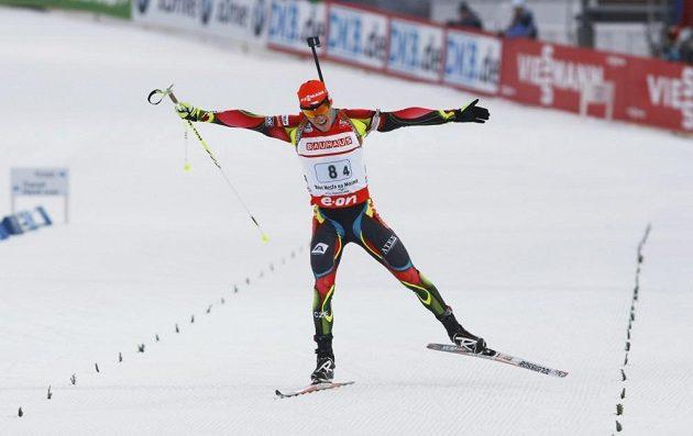 Biatlonista Michal Krčmář dovezl českou štafetu na šestém místě.