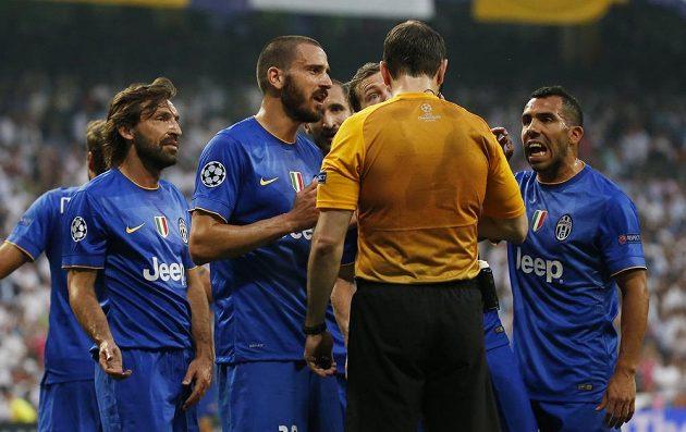 Fotbalisté Juventusu protestují proti penaltě, kterou odpískal sudí Jonas Eriksson.