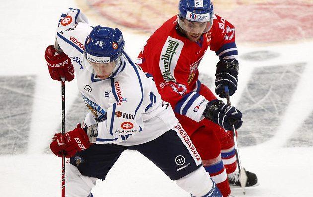 O puk svádějí souboj český útočník Vladimír Svačina (vpravo) a domácí Juha-Pekka Hytönen.