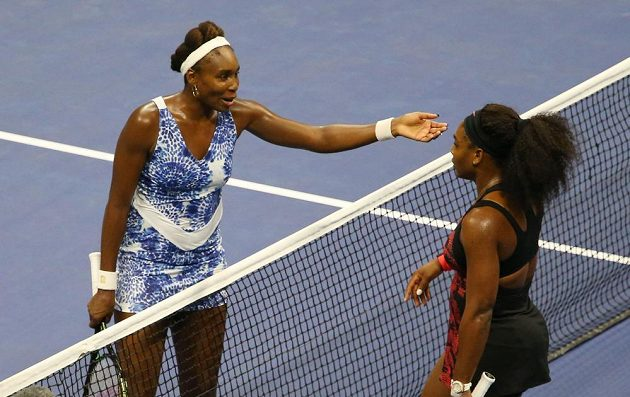 Venus Williamsová (vlevo) vzala své mladší sestře Sereně druhý set, ani to však na výhru nestačilo.