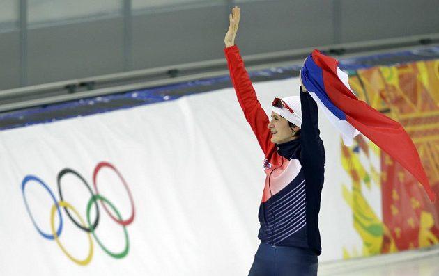 Martina Sáblíková se raduje ze zlaté olympijské medaile, kterou získala na trati 5000 metrů.
