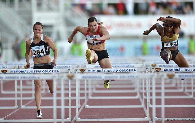 Česká běžkyně Lucie Škrobáková (uprostřed) na trati 100 metrů překážek.