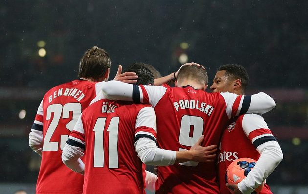 Fotbalisté Arsenalu se radují z branky.