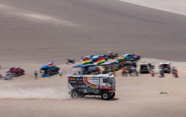 Martin Kolomý s tatrou při dojezdu do cíle 8. etapy Rallye Dakar.