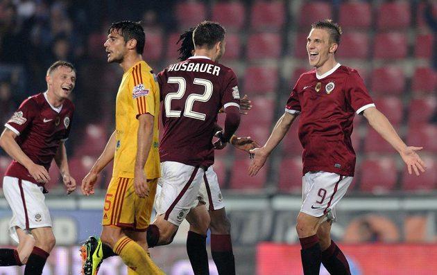 Bořek Dočkal ze Sparty oslavuje první gól během utkání s Duklou.
