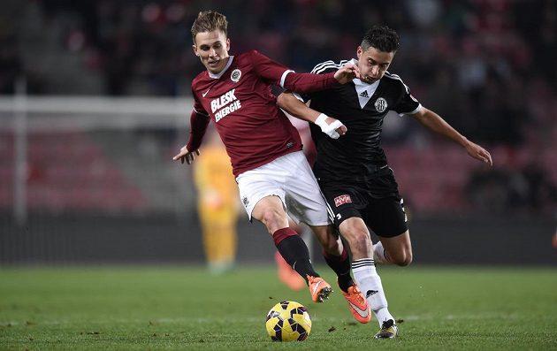 Bořek Dočkal ze Sparty a českobudějovický Jiří Funda bojují o míč.