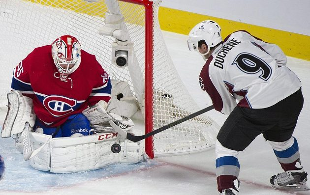 Brankář Montrealu Canadiens Dustin Tokarski (35) levým betonem vyrazil střelu Matta Duchenea (9) z Colorada Avalanche.