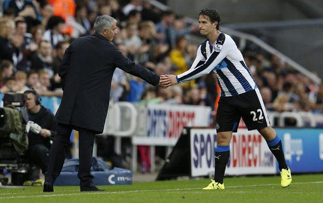 José Mourinho (vlevo) si po zápase podává ruku s Darylem Janmaatem.