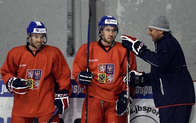 Trenér Vladimír Růžička (vpravo) během tréninku české hokejové reprezentace před turnajem Karjala Cup.
