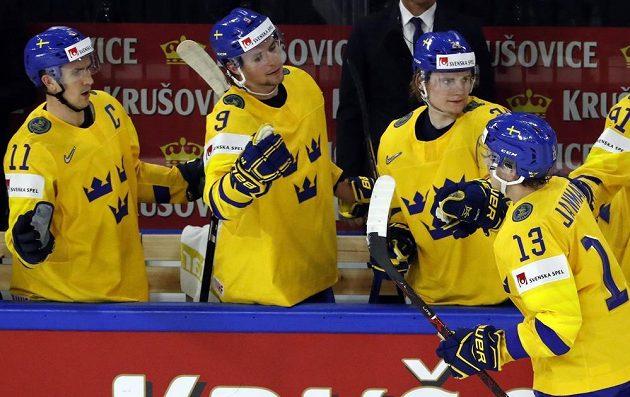 Švéd Mattias Janmark (13) se raduje se spoluhráči po gólu proti Rakousku.