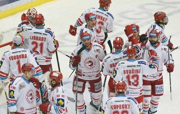 Třinečtí hokejisté slaví vítězství nad Mladou Boleslaví.