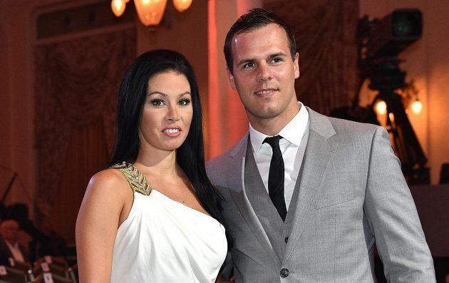 Hokejista David Krejčí s partnerkou během vyhlášení ankety Zlatá hokejka.