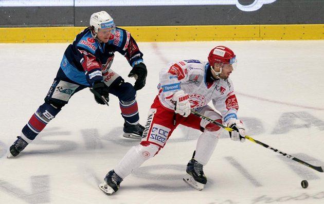 Josef Hrabal z Třince (vpravo) a David Kaše z Chomutova během čtvrtfinále play off hokejové extraligy.