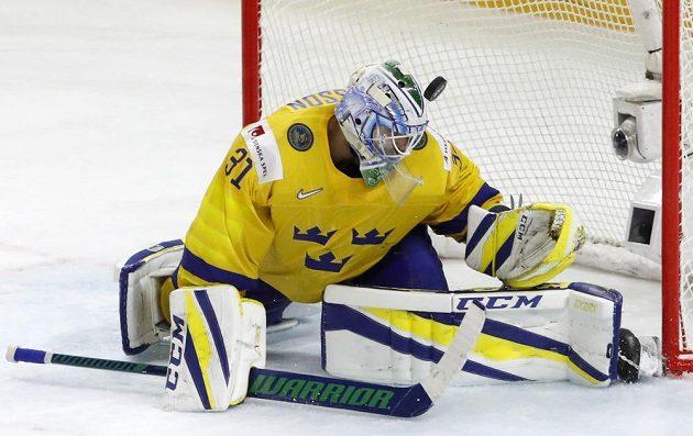 Švédský brankář Anders Nilsson v utkání se Švýcarskem.