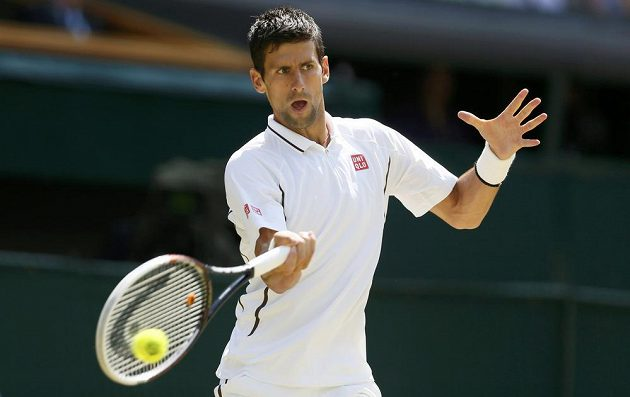 Novak Djokovič při výměně s Andym Murrayem během finále londýnského Wimbledonu.