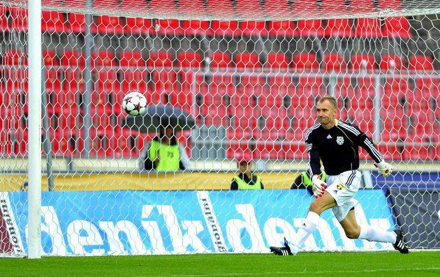 Brankář Znojma Petr Drobisz inkasuje první gól z kopačky Davida Lafaty.
