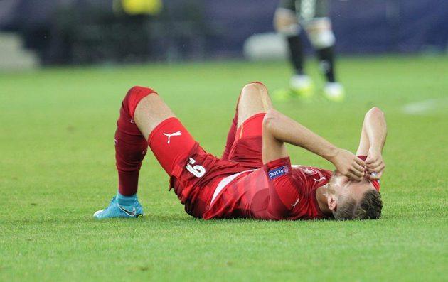 Zklamaný český fotbalista Tomáš Chorý po prohraném utkání s Dány.