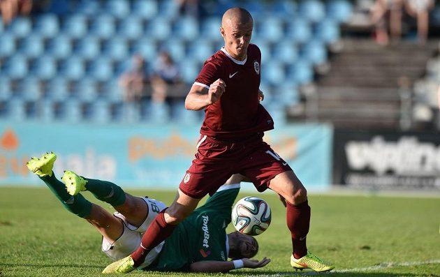 Sparťanský útočník Martin Nešpor bojuje o míč s obráncem Tallinnu Tonim Tipuričem.
