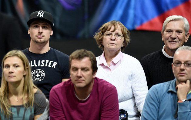 Přítel Petry Kvitové Radek Meidl (nahoře vlevo) sleduje utkání s Andreou Petkovicovou z Německa ve finále Fed Cupu.