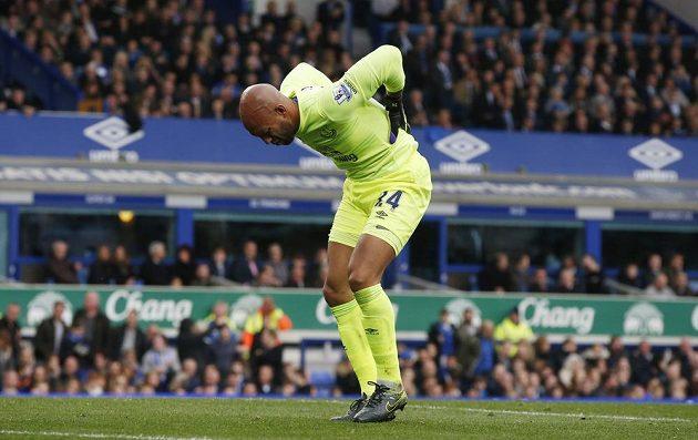 Gólman Evertonu Tim Howard se drží za záda během duelu s Manchesterem United.