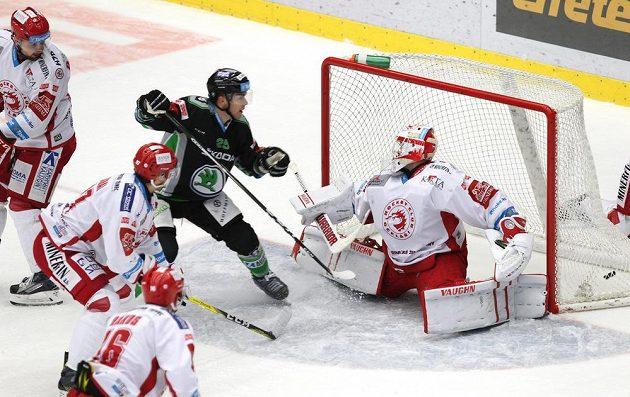 Radan Lenc z Mladé Boleslavi střílí vyrovnávací gól, v třinecké brance je Šimon Hrubec.