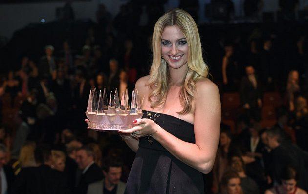 Tenistka Petra Kvitová v pražském hotelu Hilton s trofejí pro vítěze Sportovce roku 2014.