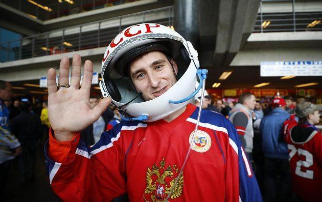 Hokejistům Ruska fandil v utkání se Švédskem na MS 2017 i fanoušek převlečený za kosmonauta.