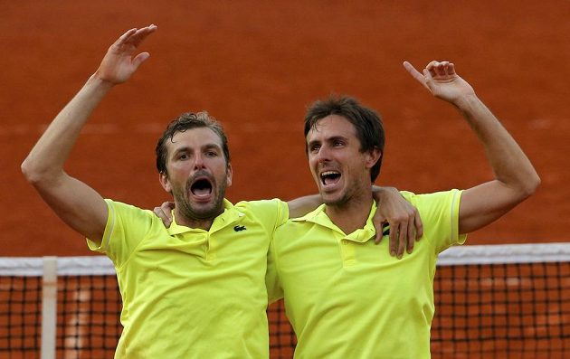 Francouzi Julien Benneteau (vlevo) a Edouard Roger-Vasselin slaví vítězství v deblu na French Open.