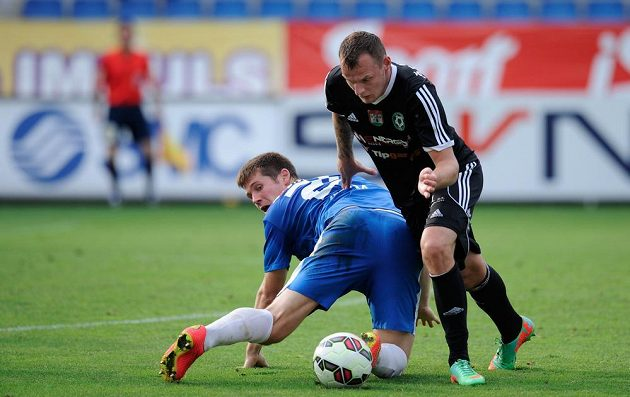 Liberecký stoper Jiří Pimpara (vlevo) v souboji s příbramským útočníkem Jakubem Řezníčkem v utkání 2. kola Synot ligy.