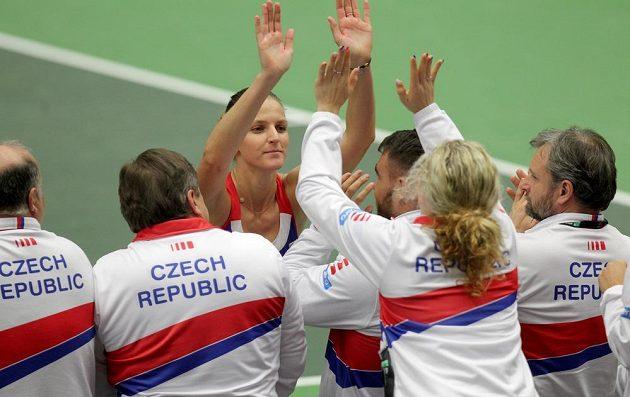 Radost na lavičce českého týmu po vítězství karolíny Plíškové, která srovnala duel se Španělkami.