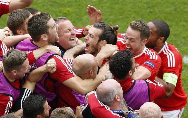 Gareth Bale (uprostřed) se raduje ze spoluhráči ze své trefy proti Slovákům.