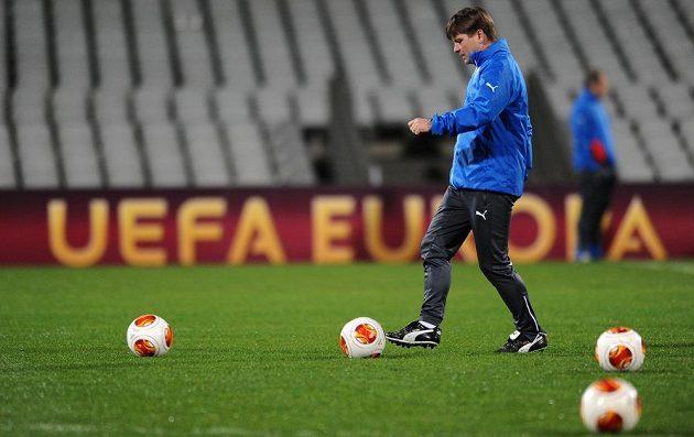 Trenér Viktorie Plzeň Dušan Uhrin během předzápasového tréninku na stadiónu Stade de Garland v Lyonu.