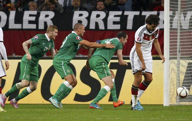 Zleva Irové James McClean, Jon Walters a střelec John O'Shea se radují z vyrovnávacího gólu v Německu.