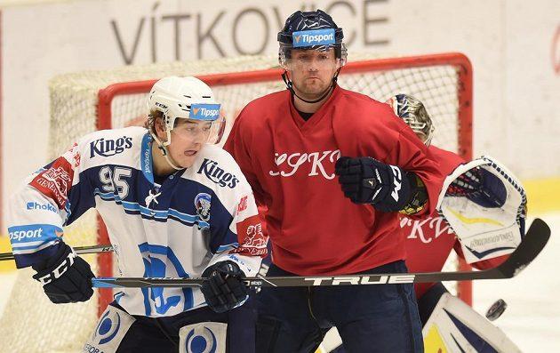 Plzeňský Miroslav Indrák (vlevo) Marek Hrbas z Vítkovic v retro dresu.