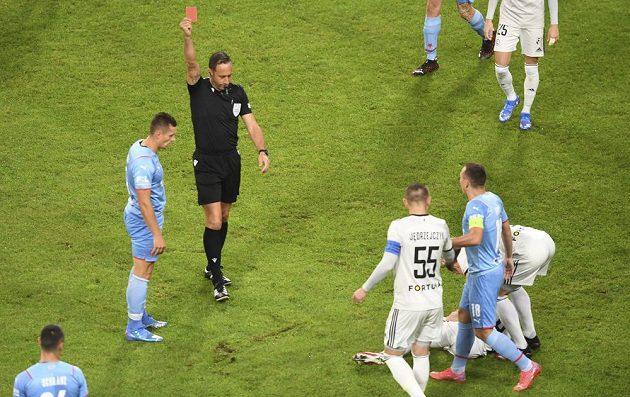 Tomáš Holeš viděl už v 3. minutě červenou kartu